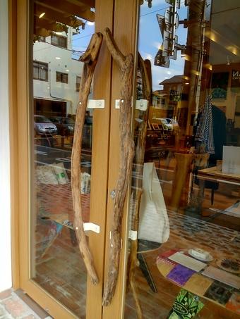 流木で作ったドアの取っ手
