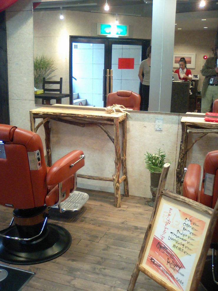 お店の使い勝手に合わせた流木テーブル