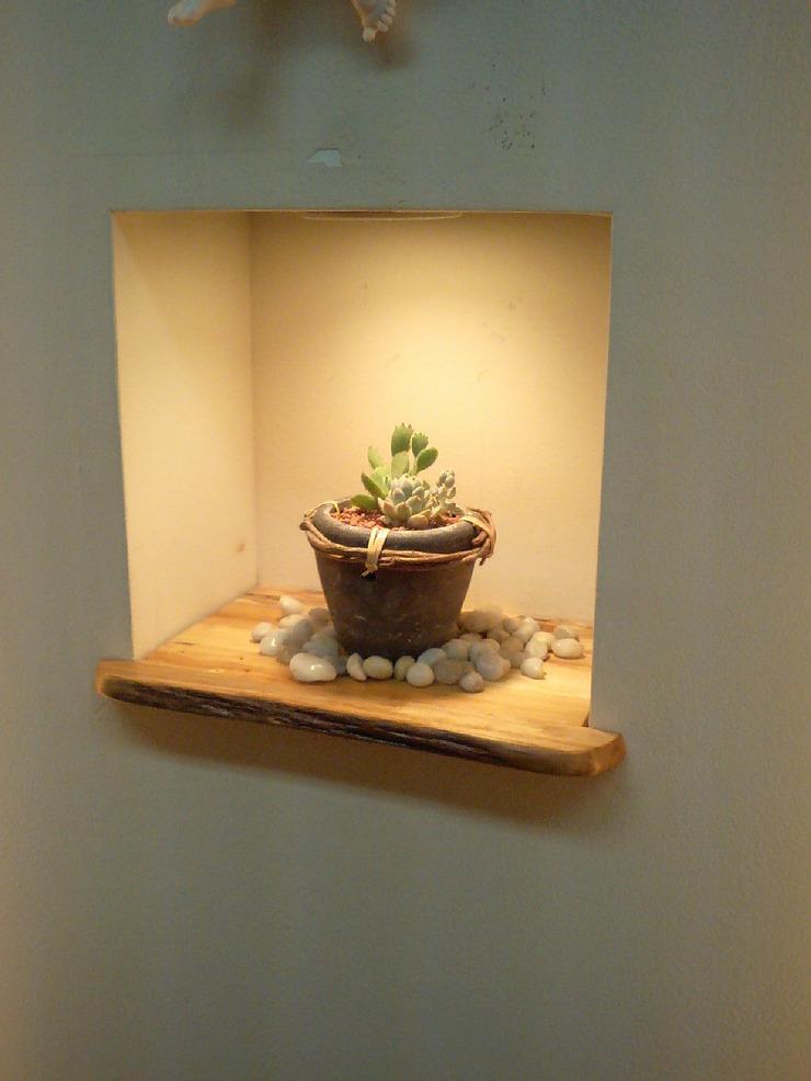 流木の板を使用した飾り棚