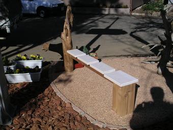 流木を使って作ったちょっとお洒落なベンチ